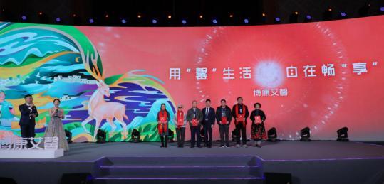 博康艾馨集团董事长陈剑锋向顾客代表颁发证书